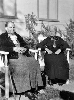 Min mormorsmor Kristina Lindgren (till vänster) och min morfarsmor Klara Eriksson (till höger). De var mellan 55 och 60 när bilden togs.