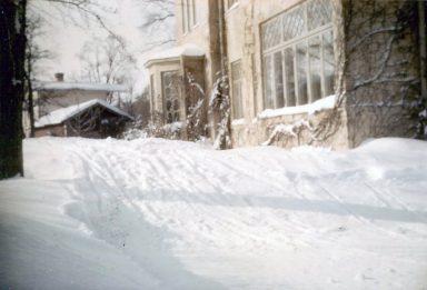 Ett år med bisarrt mycket snö tydligen. så att det blev en skidbacke på grusplanen.