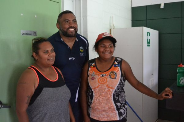 Mother and daughter Melissa and Toni Roma meet Petero ...