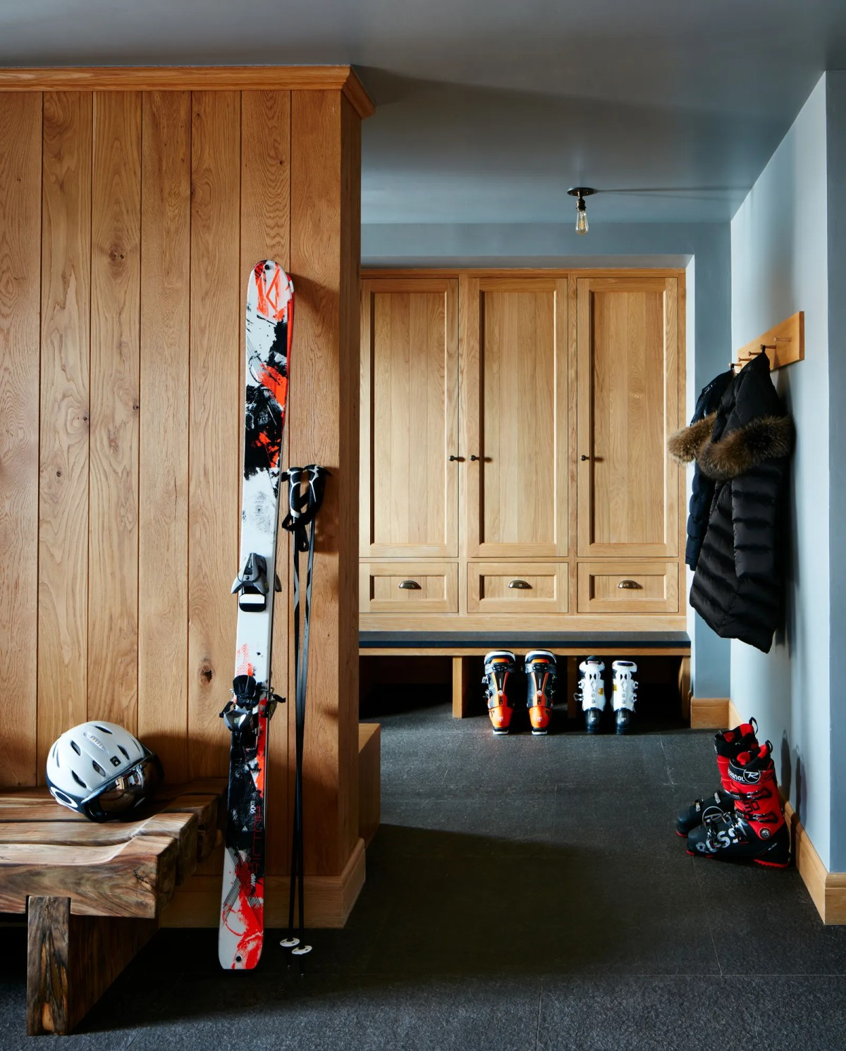 Сразу за входом Наннерли спроектировал раздевалку в деревенском стиле. Я окутал комнату той же Голубой елью ...