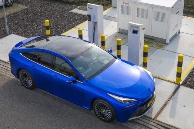 Toyota Mirai leverbaar met eigen waterstoftankstation