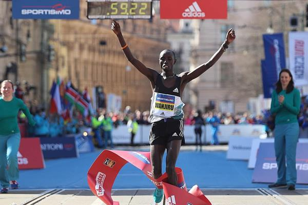 Daniel Wanjiru takes victory at the Prague Half Marathon (Giancarlo Colombo / organisers)
