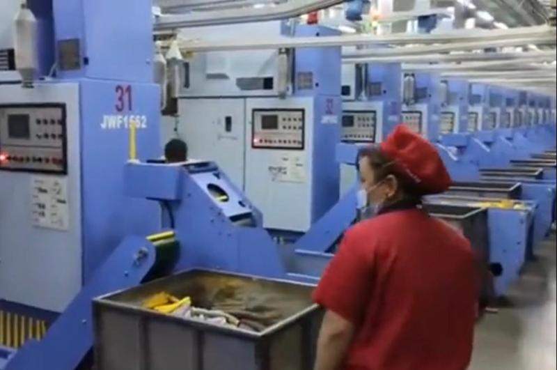 新疆的纺织工厂非常现代化,这些机器是每个主要纺织工业国家的梦想。