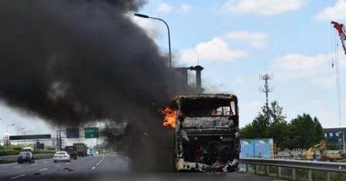 杭州大巴公路突自燃火勢猛烈 16名學生安全疏散   兩岸   巴士的報