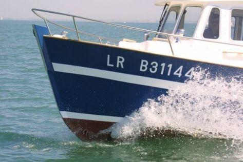 Le numéro d'immatriculation sur la coque d'un bateau à moteur