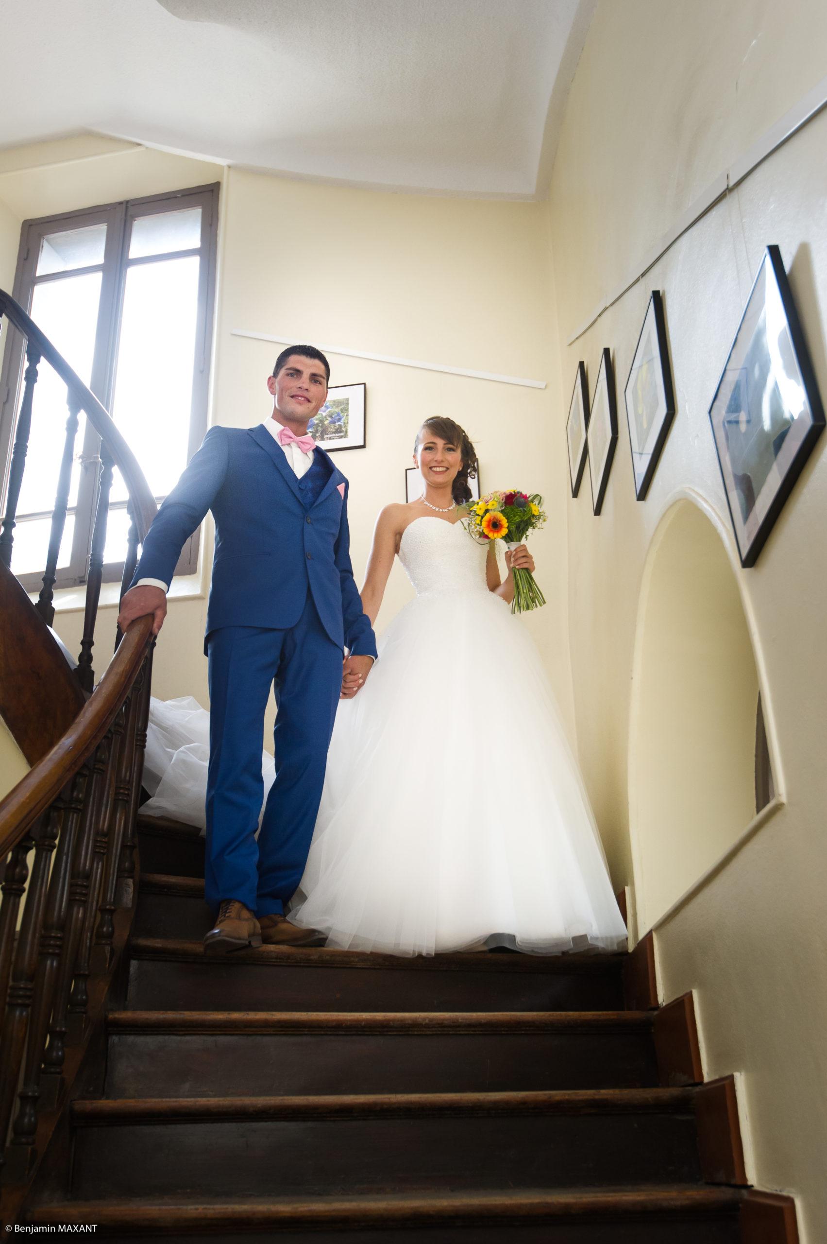 Les mariés descendent l'escalier de la mairie d'Aiguilles