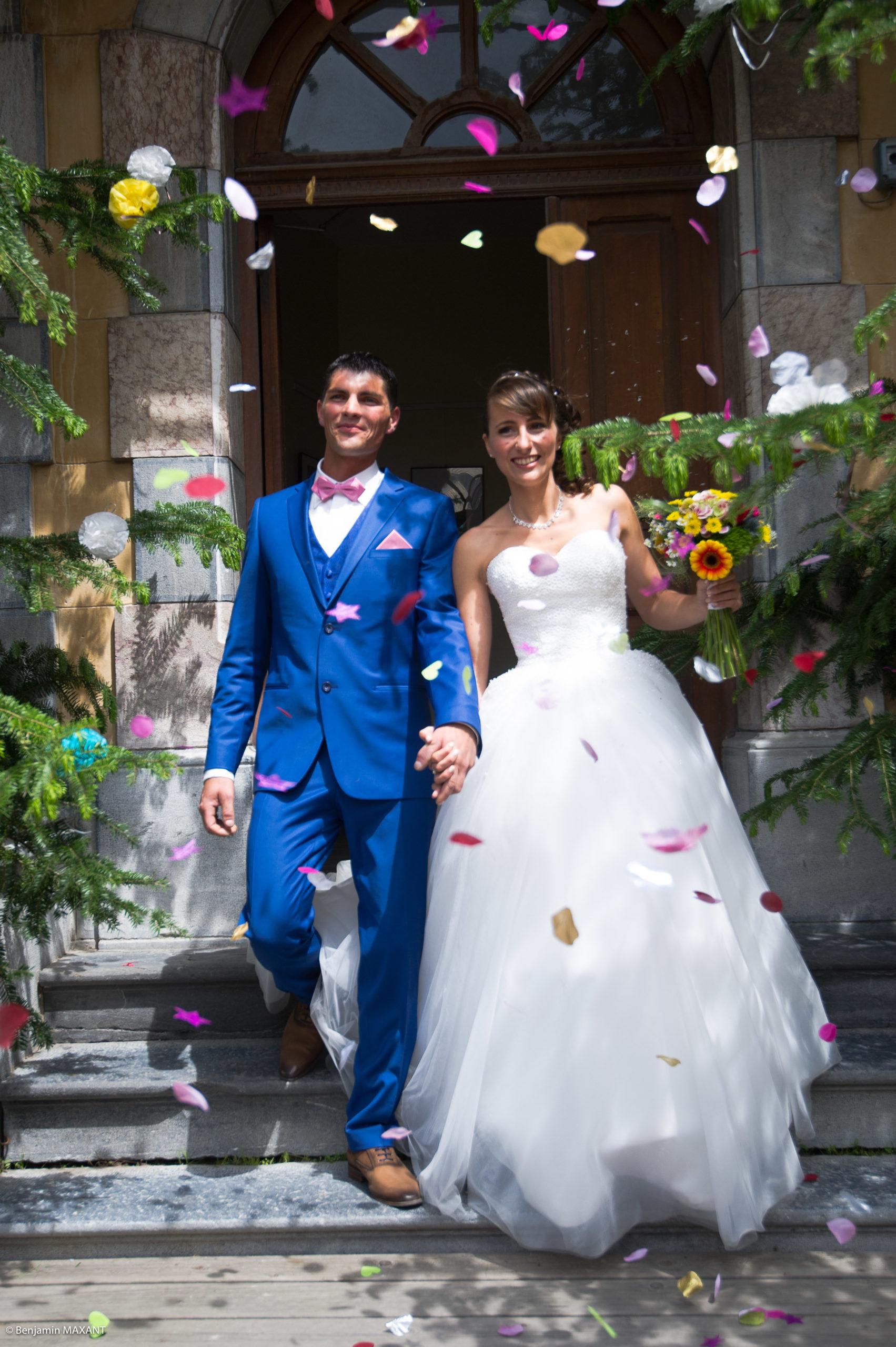 Les mariés sortent de la mairie d'Aiguilles