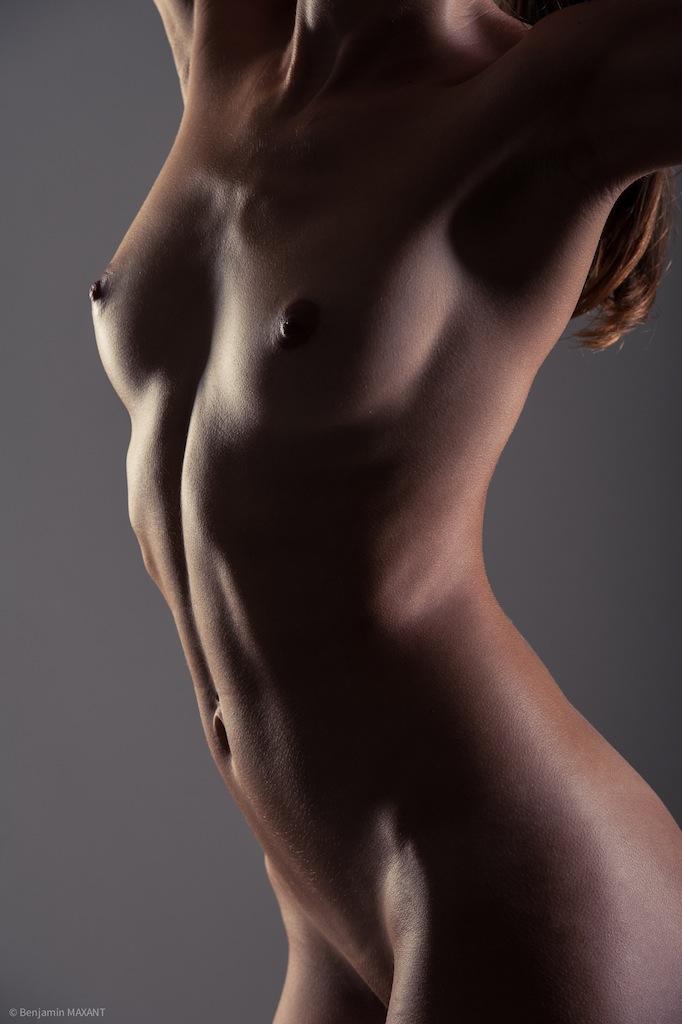 Séance photo nu académique point de vue rapproché du buste de la modèle