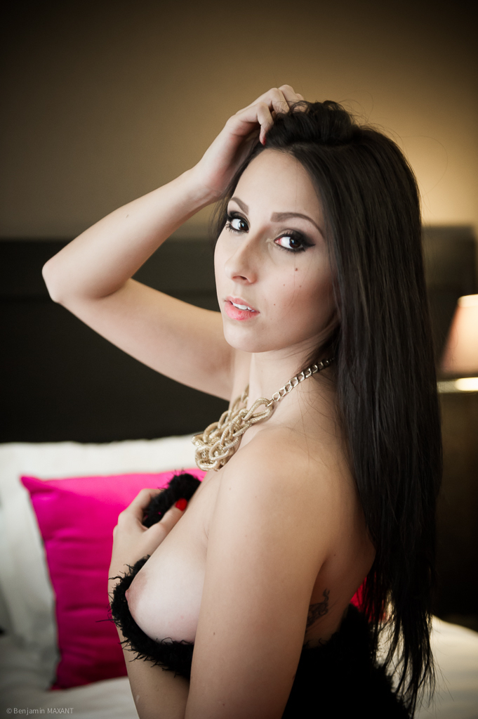 Séance photo nu dans un hotel femme posant de dos montrant un sein