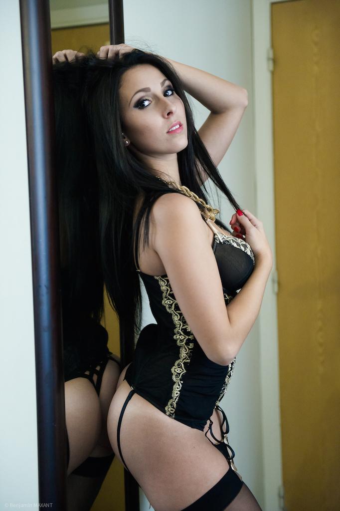 Séance photo lingerie dans un hotel avec bustier et porte jarretelle