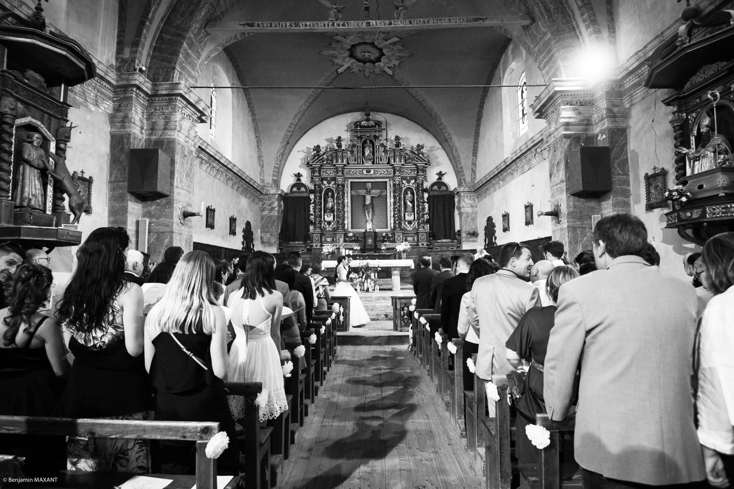 L'église de Saint Véran, les mariés et les invités