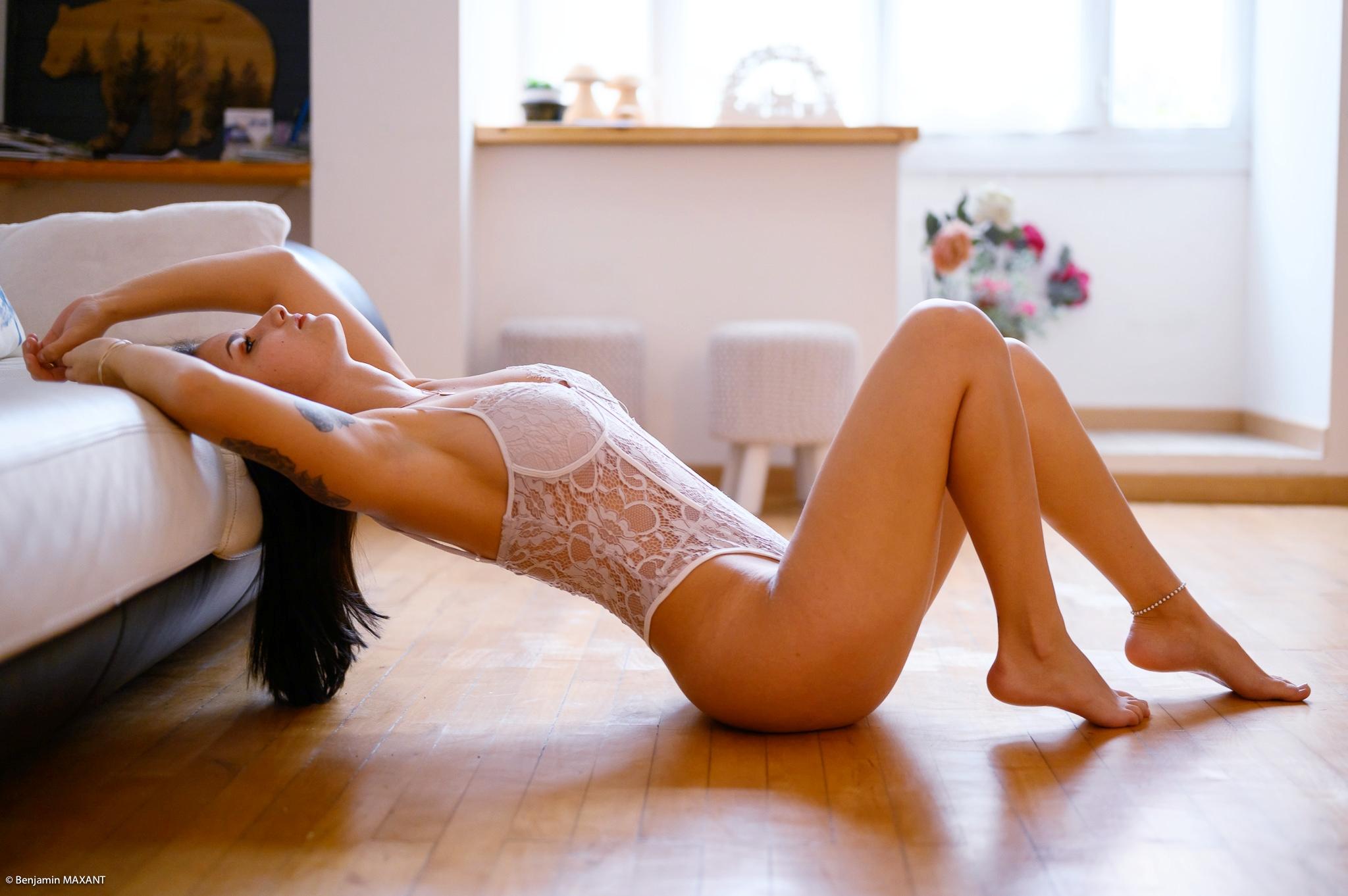 Séance photo boudoir avec Léa body blanc allongée sur le parquet