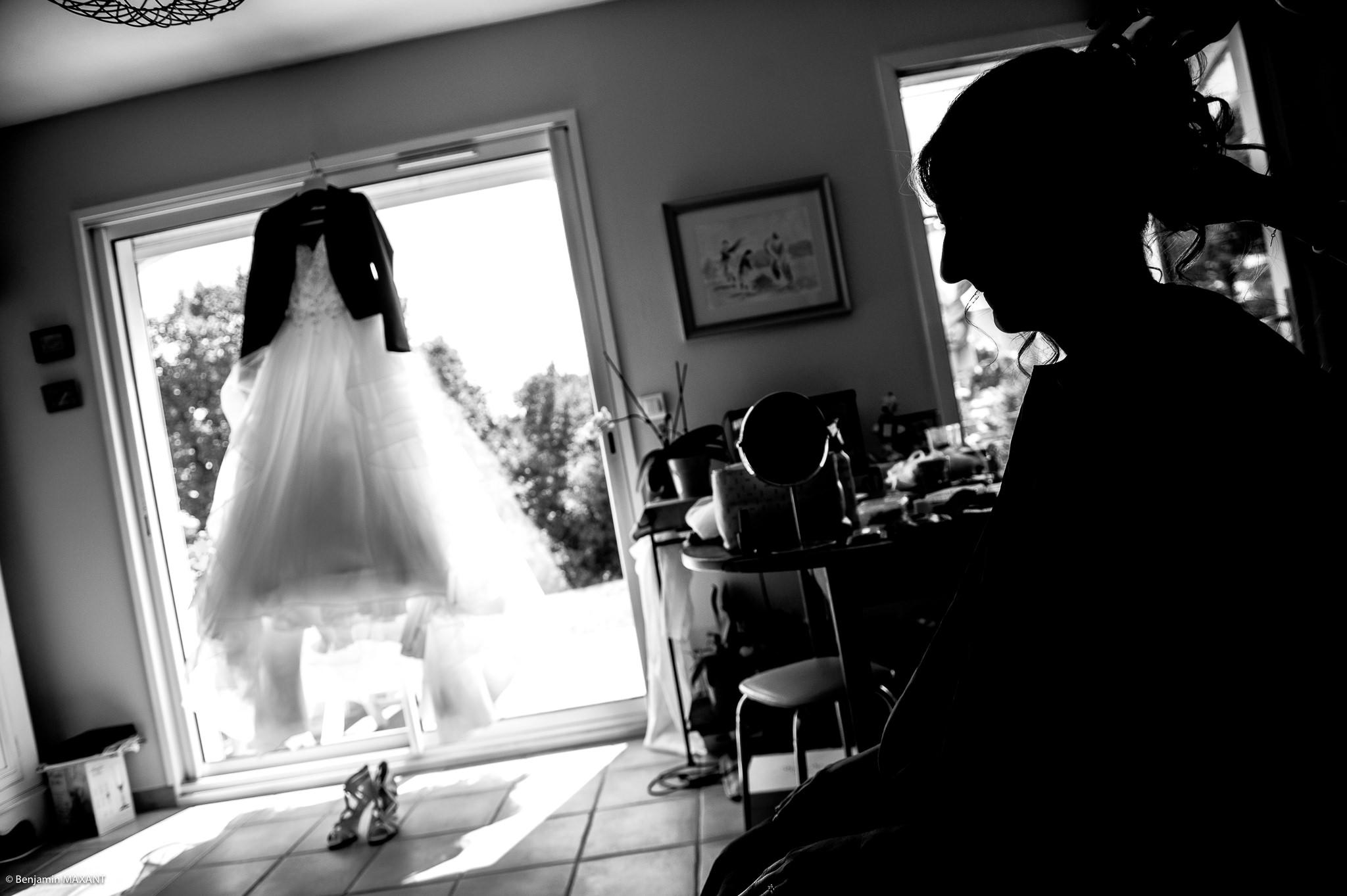 La robe de Marion et Marion lors de la préparation de de la mariée