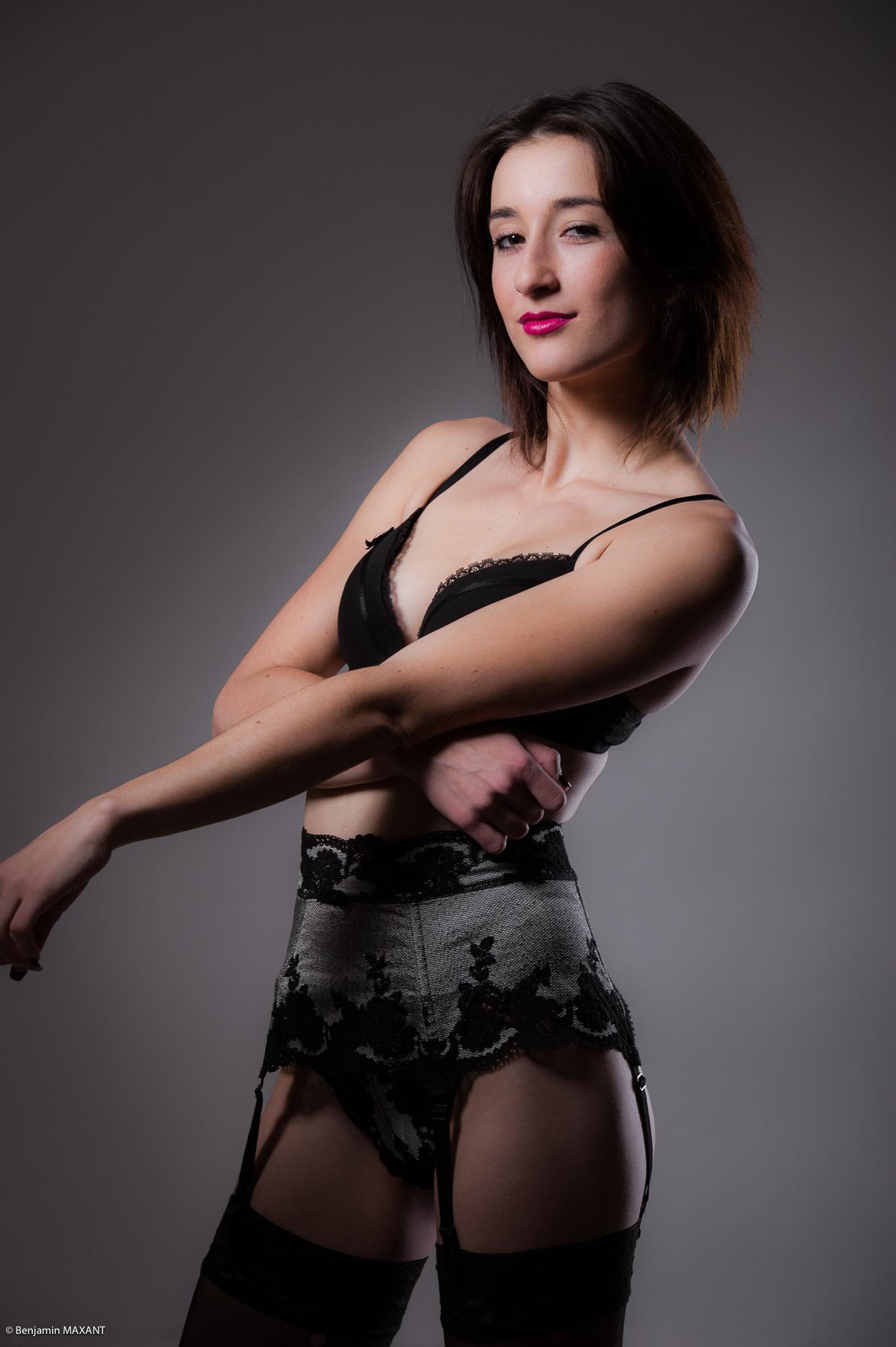 Séance photo lingerie nu en studio avec Orlane - soutient-gorge et porte jarretelles