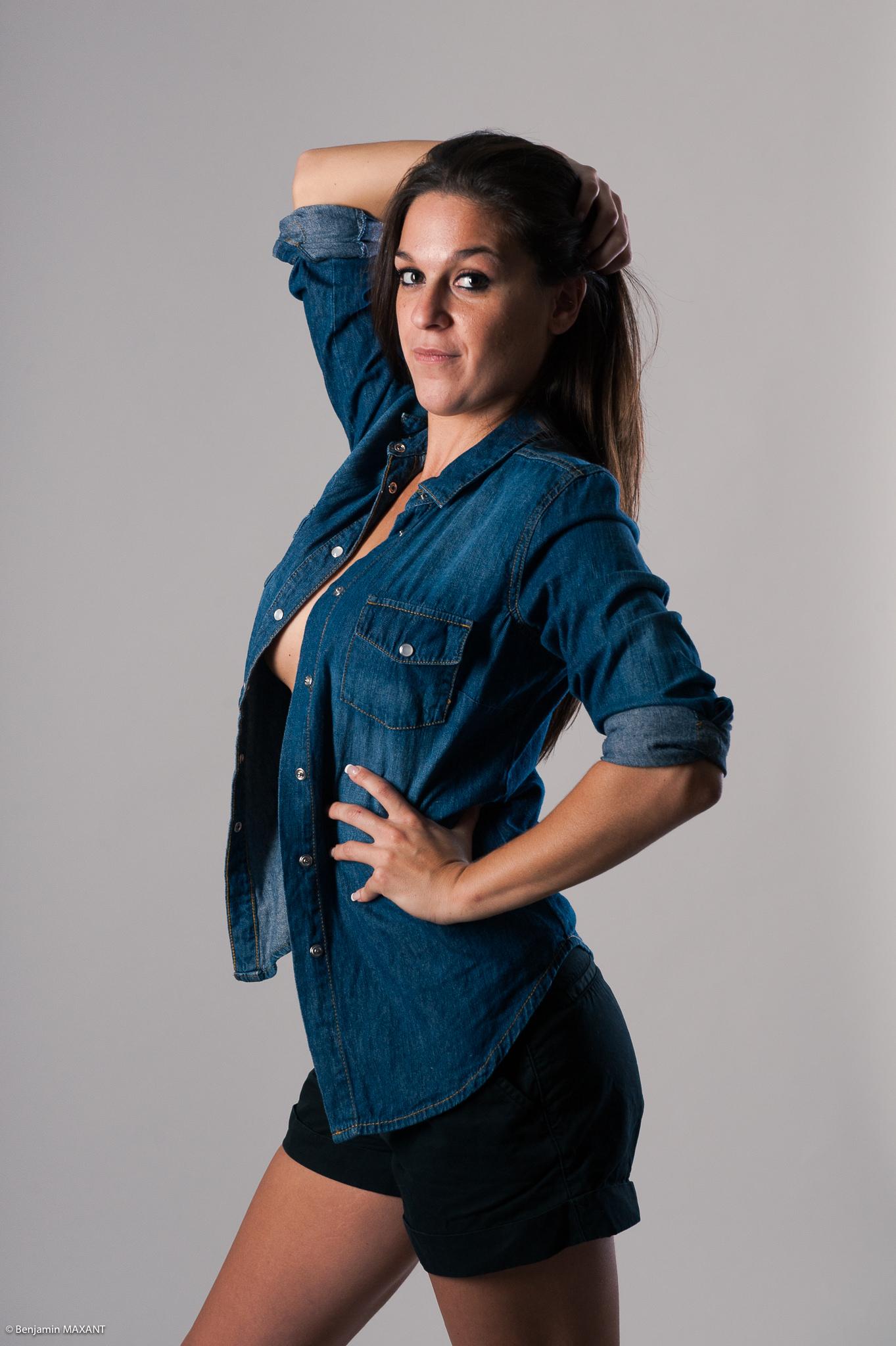 Shooting sexy chemise jean ouverte en studio avec Elise