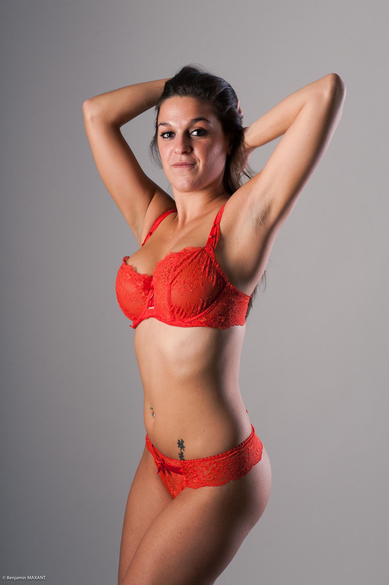 Séance photo lingerie en studio de type Aubade avec un ensemble lingerie rouge
