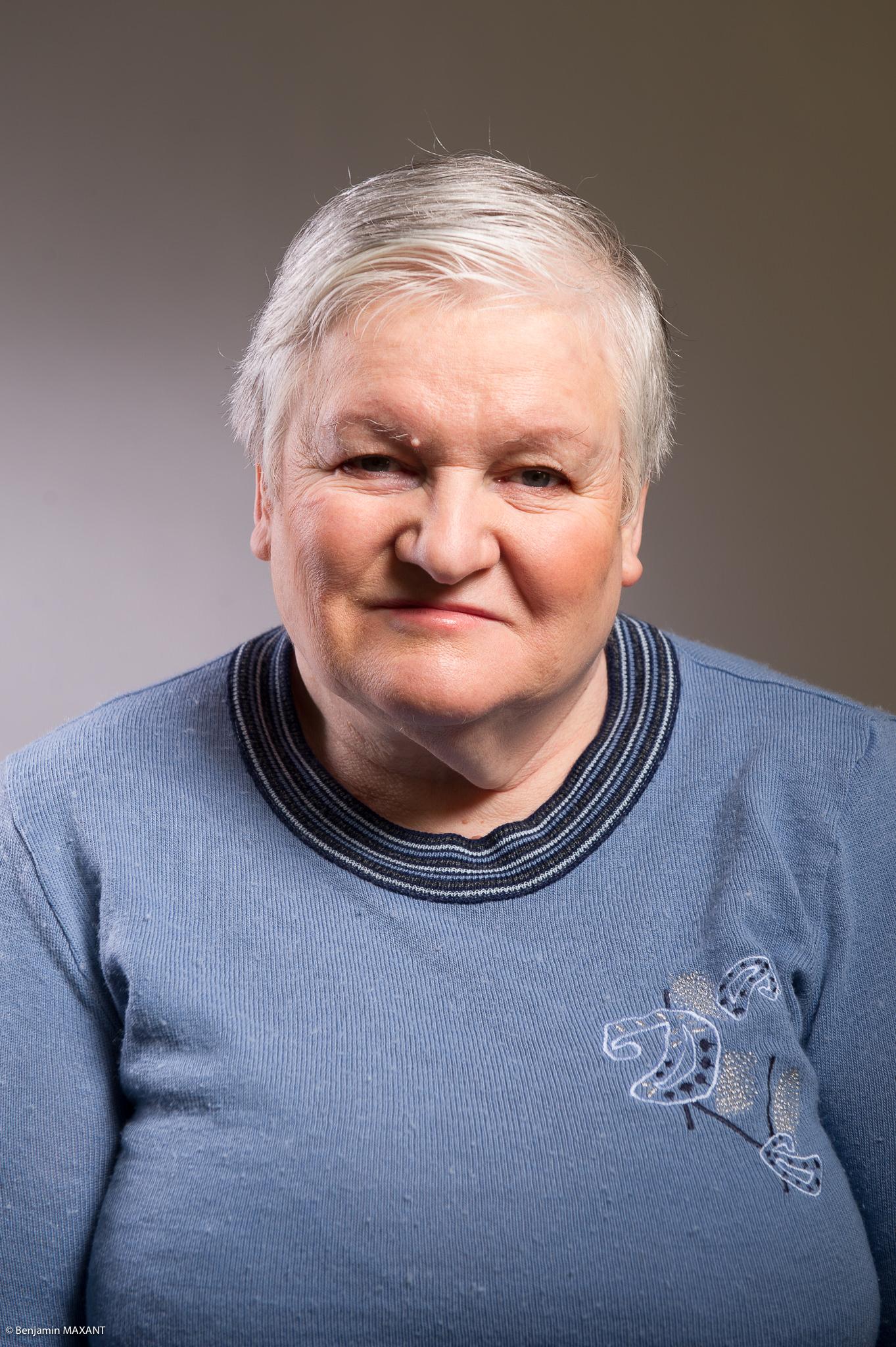 Portrait studio d'une personne âgée - femme pull bleu