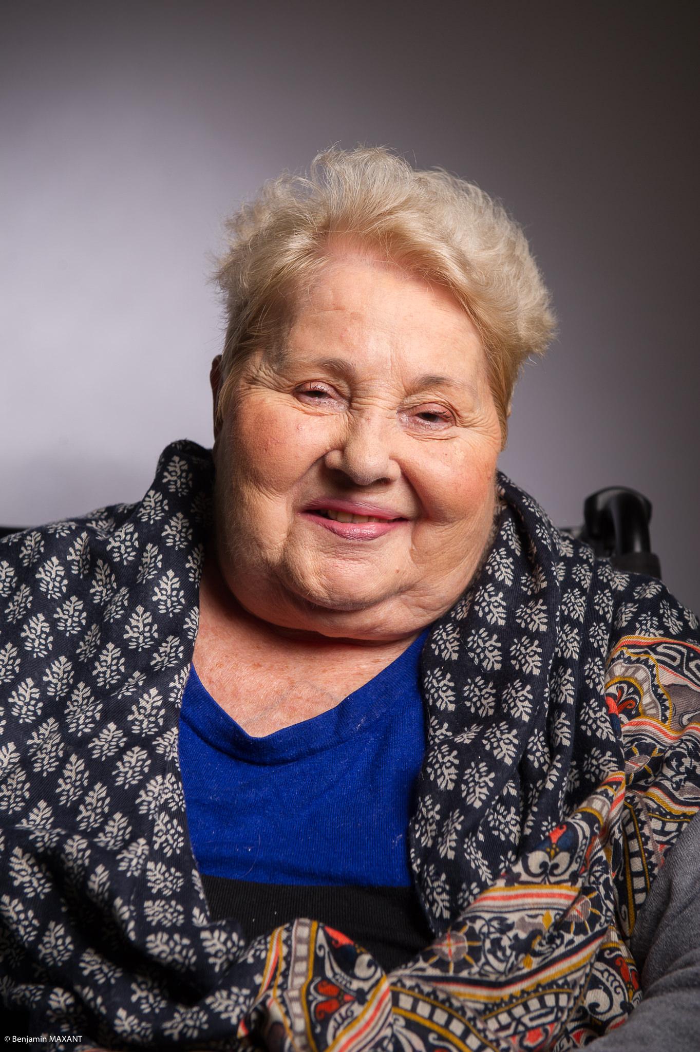 Portrait studio d'une personne âgée - femme haut bleu