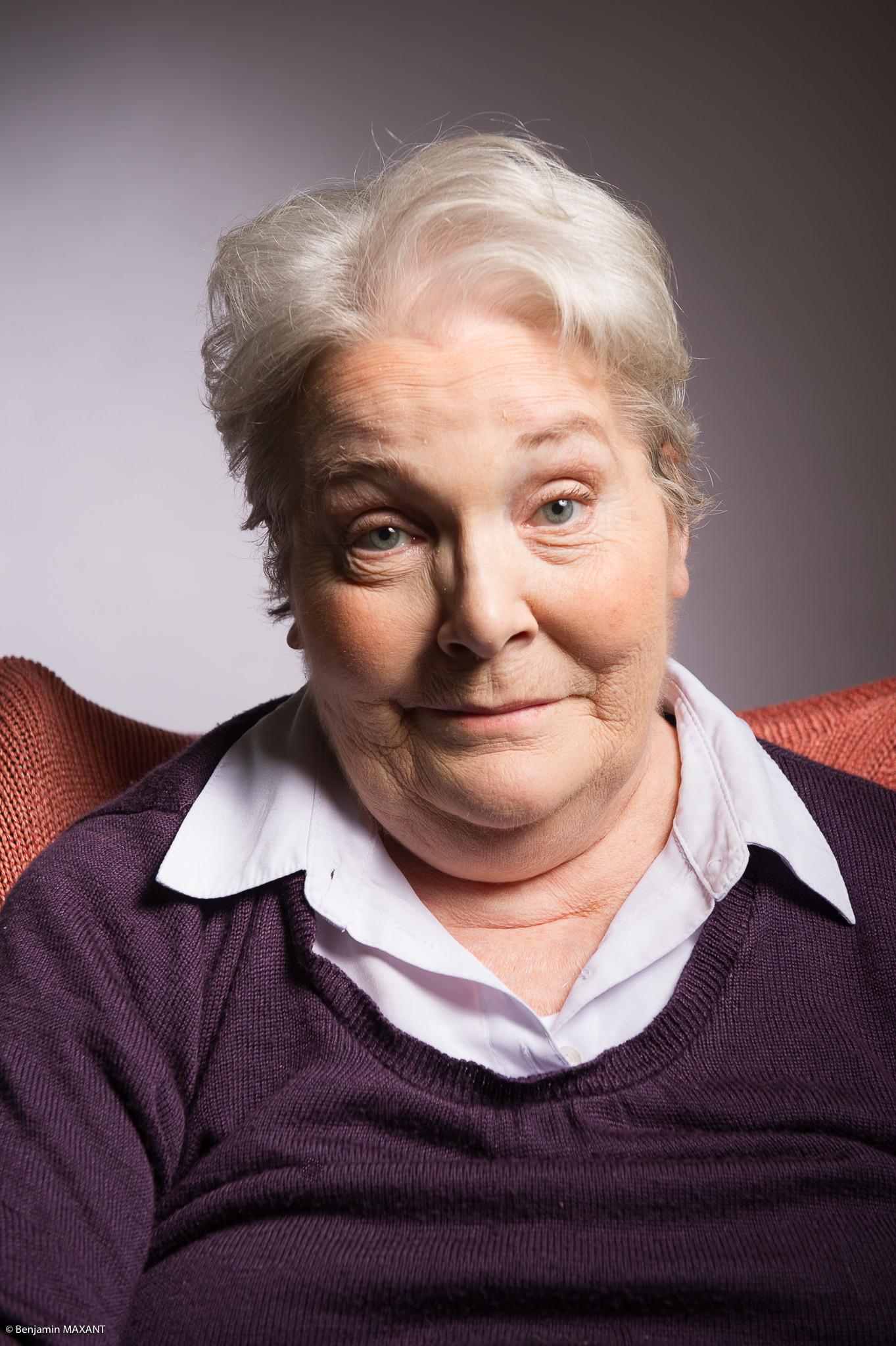 Portrait studio d'une personne âgée - femme chemise blanche