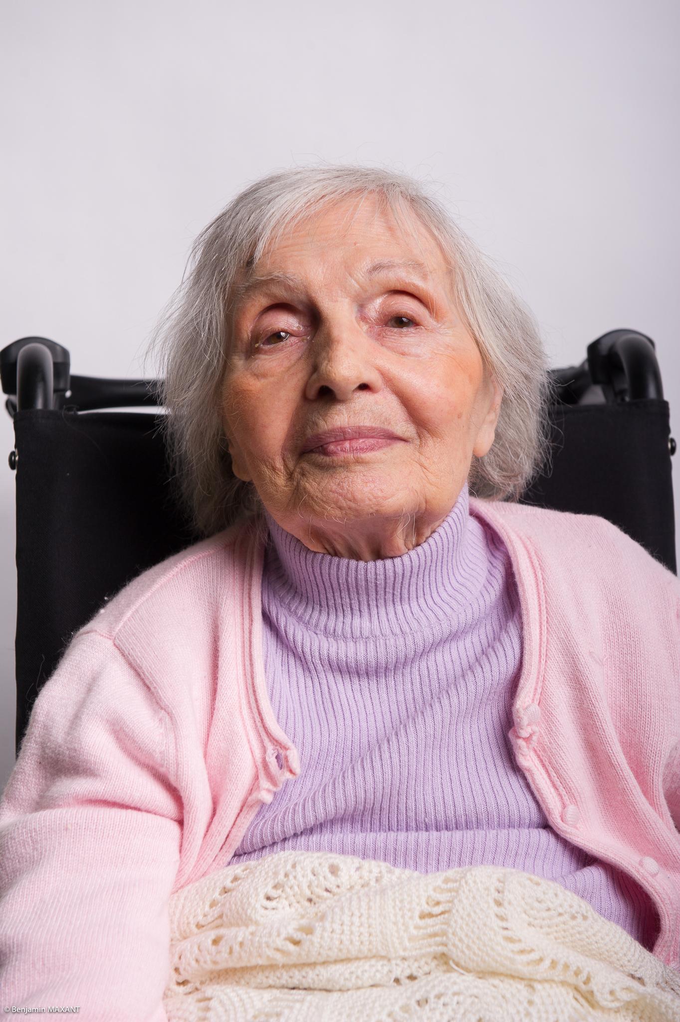 Portrait studio d'une personne âgée - femme chemisier rose