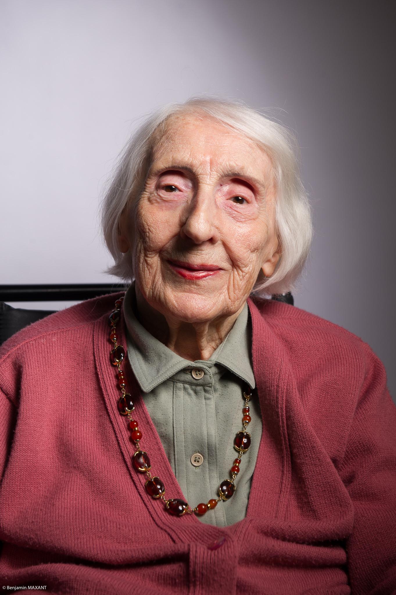 Portrait studio d'une personne âgée - femme chemise kaki