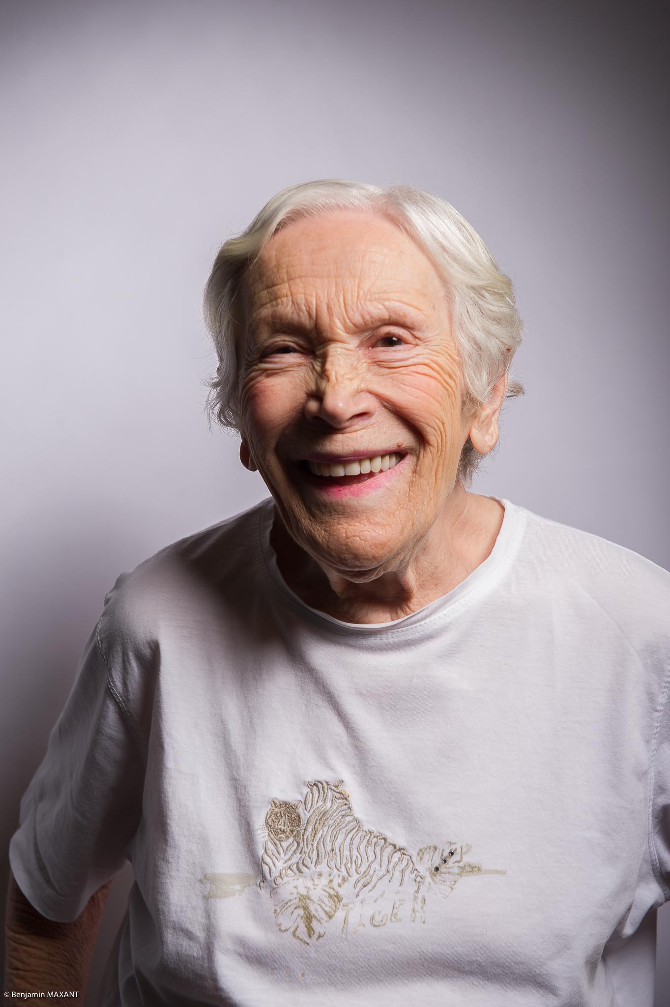 Portrait studio d'une personne âgée - femme pull gris