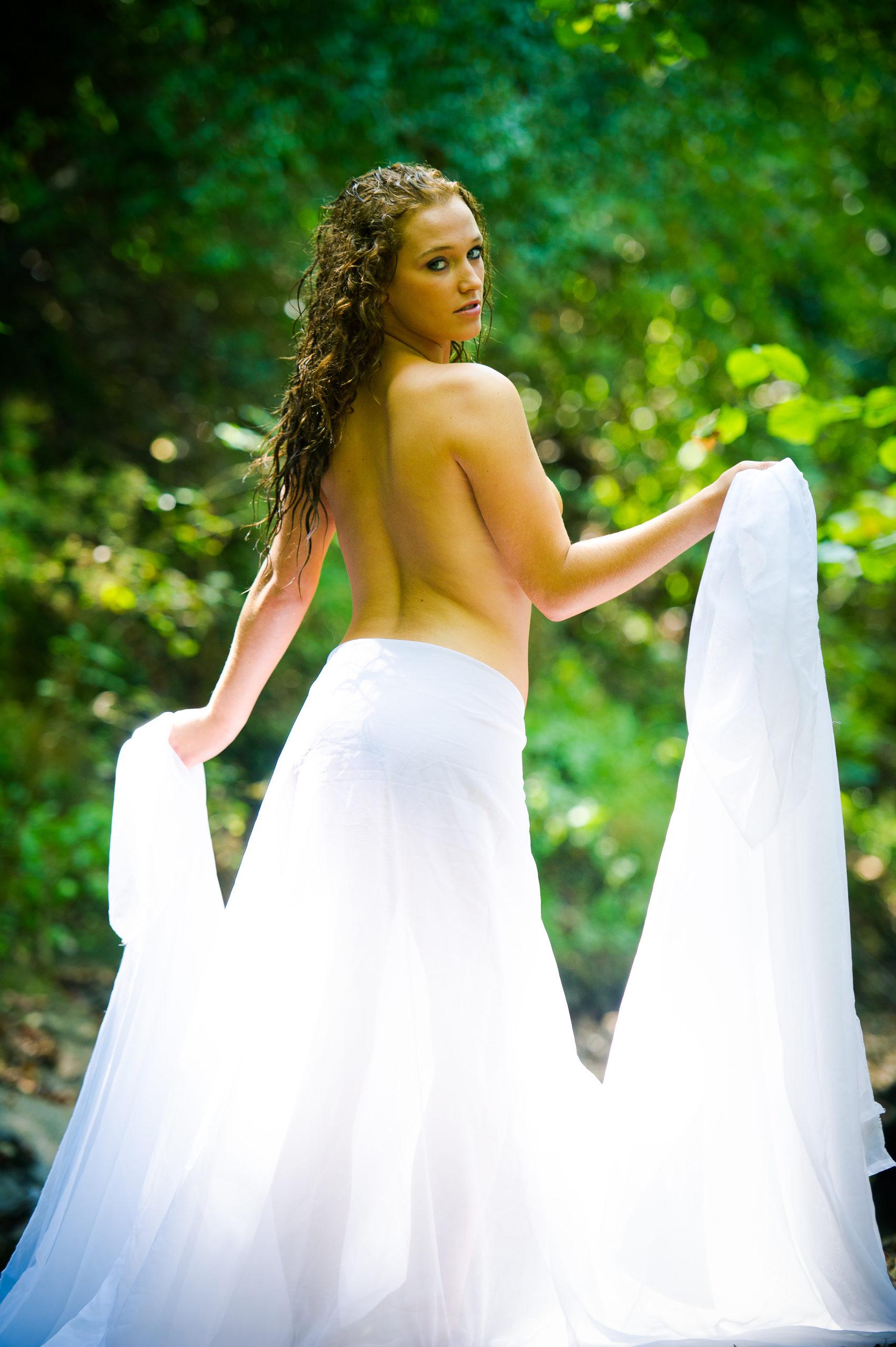 Shooting photo nu en forêt avec Aurélie - le voile en robe topless de dos