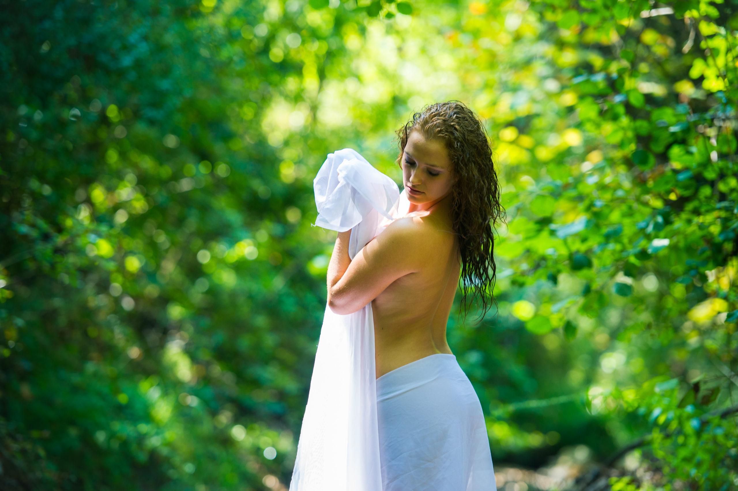 Shooting photo nu en forêt avec Aurélie - le voile poétique