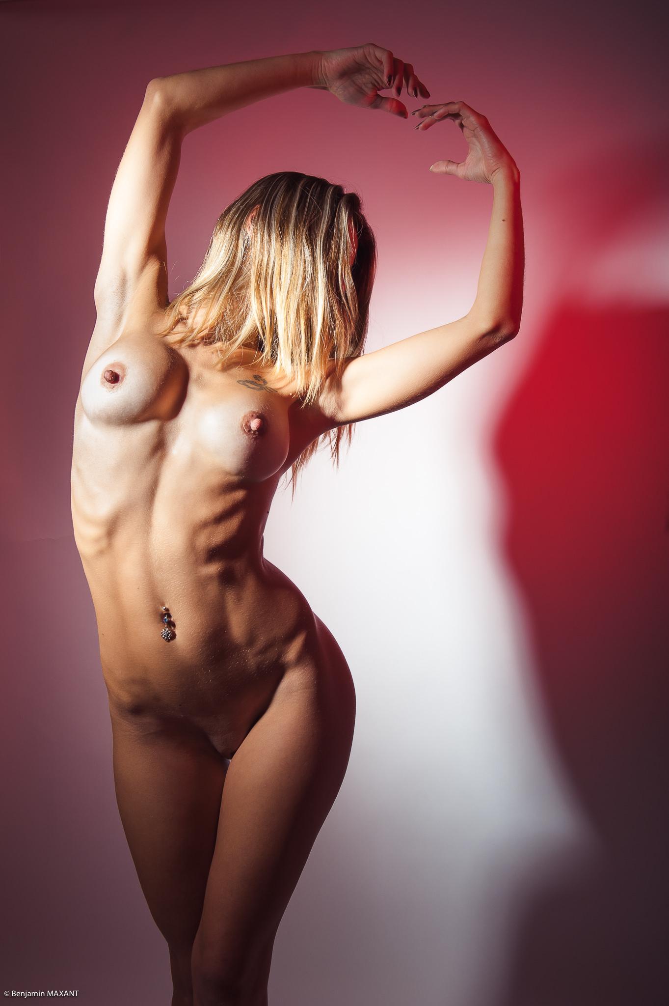 Séance photo nu studio pose danse lumière rouge