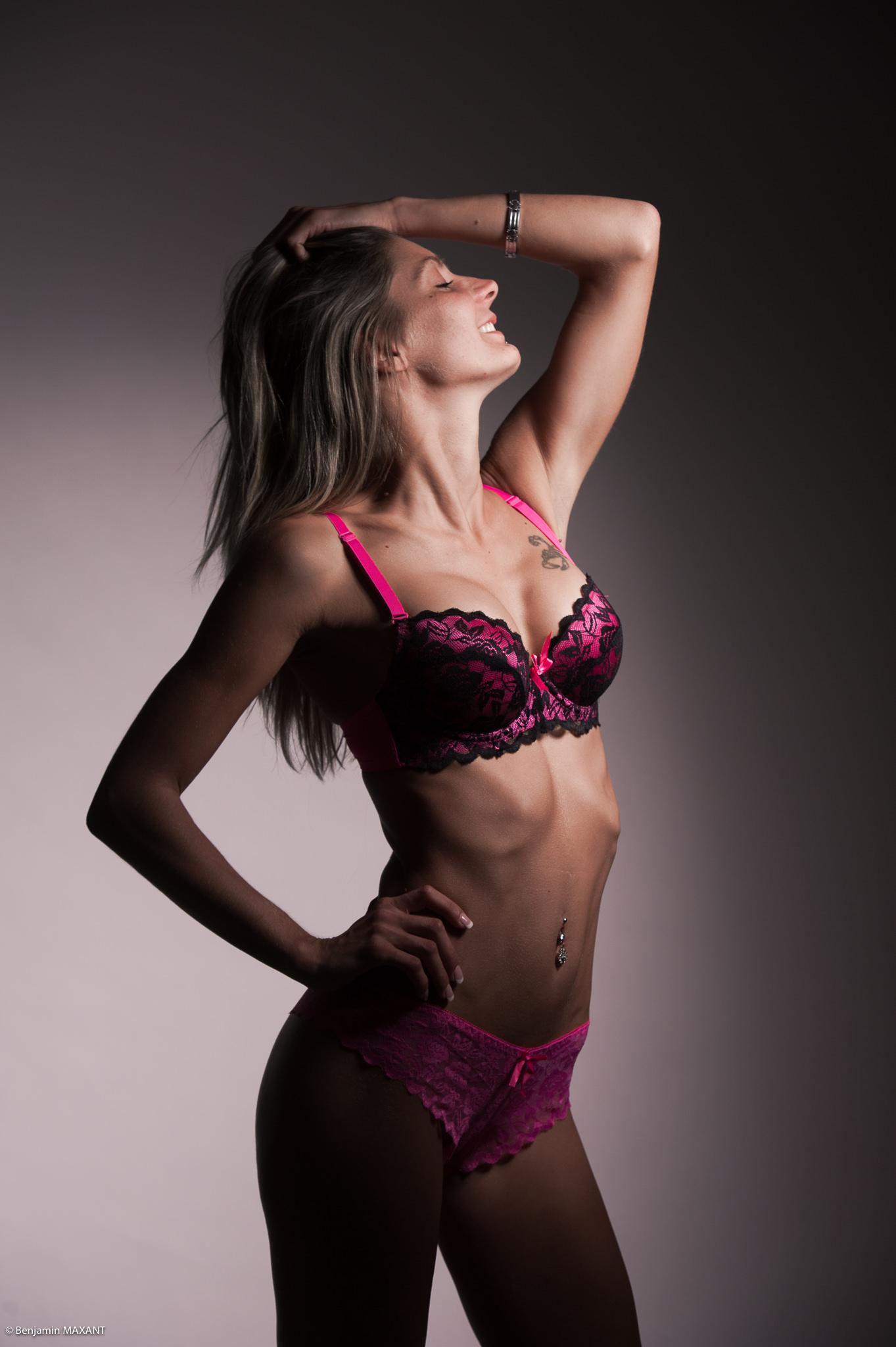 Séance photo lingerie en studio avec Emeline - ensemble rose violet