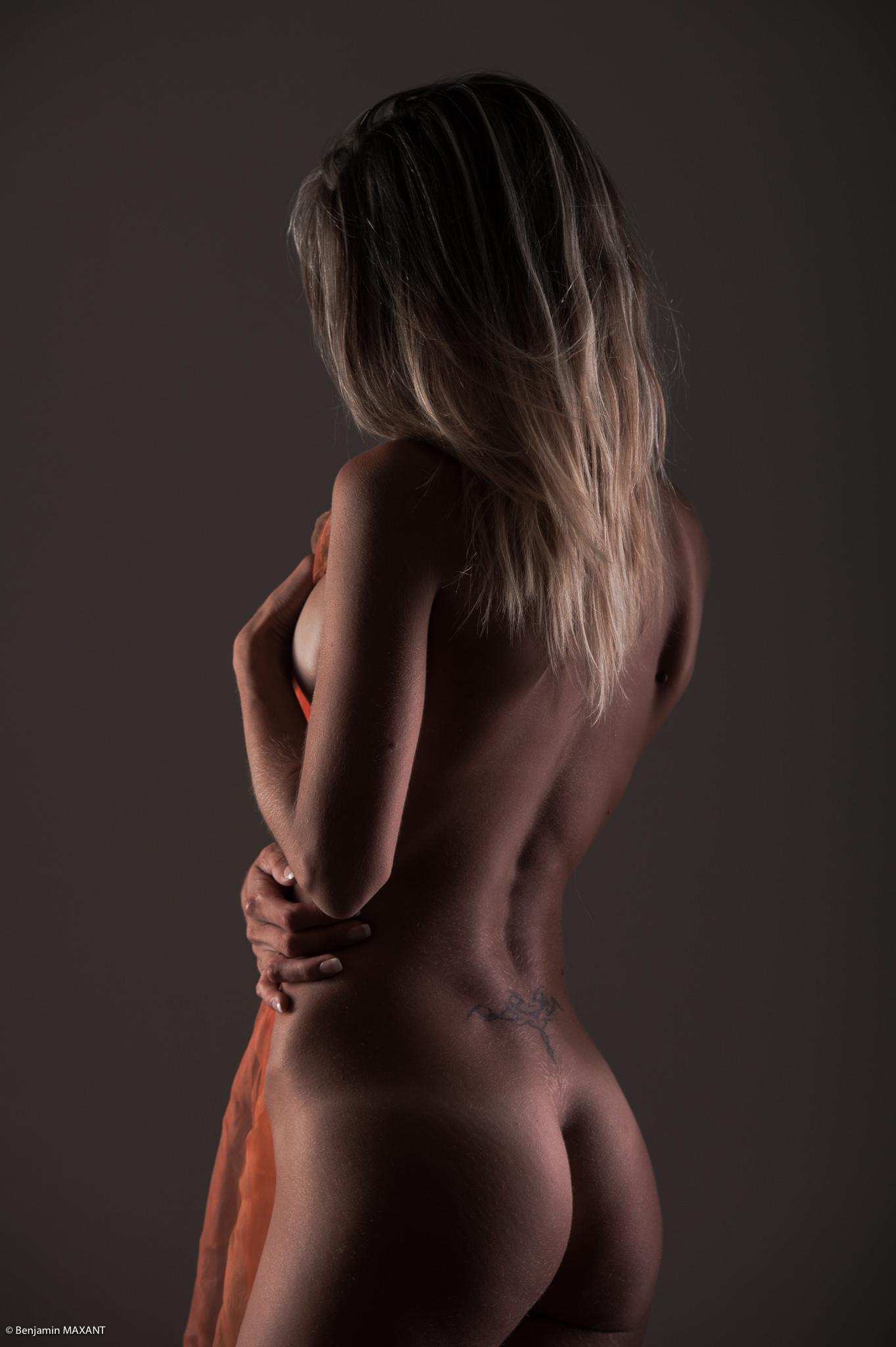 Séance photo lingerie en studio avec Emeline - nue de côté voile orange