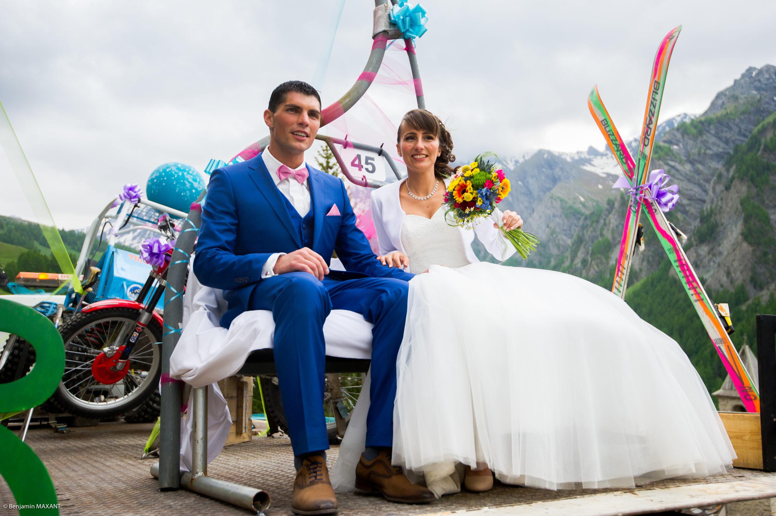 Les mariés sur le plateau du camion avec leurs passions : ski et moto et 4x4