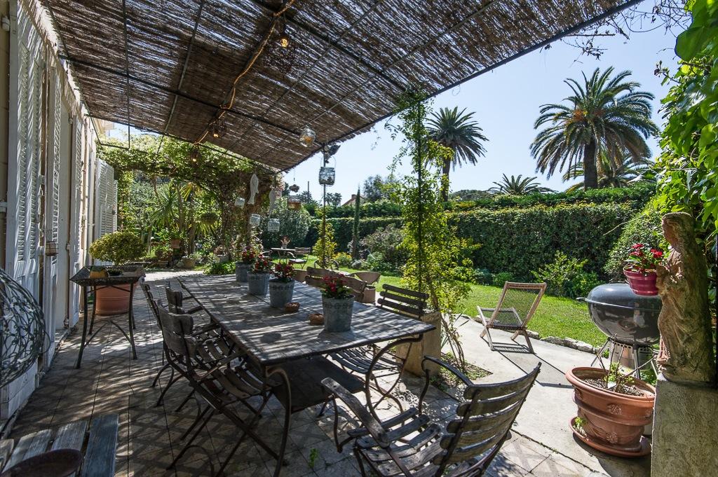 Shooting photos immobilier de villa / maison - table extérieur à l'abri du soleil
