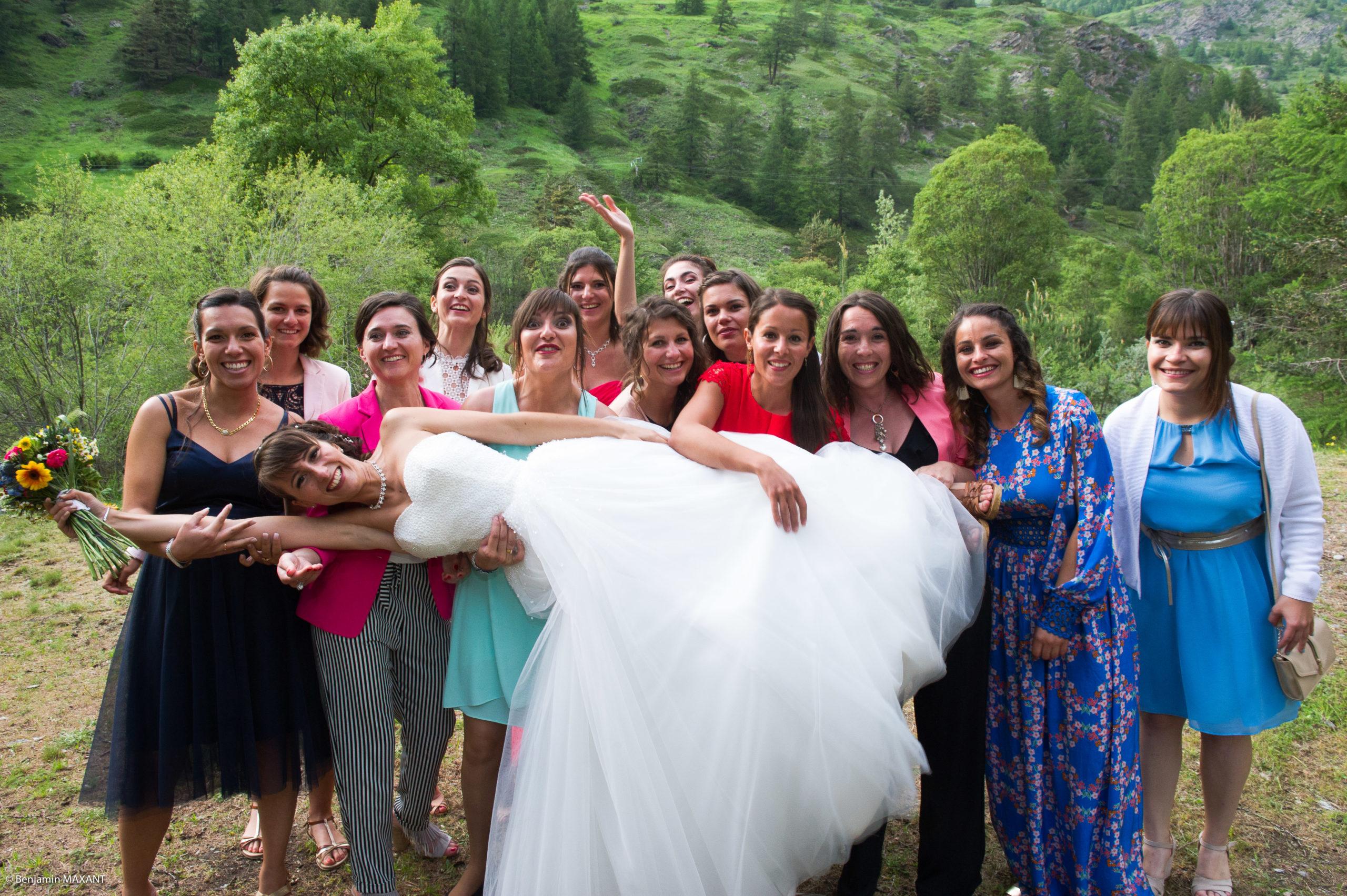 Photos de groupe avec les amies de la mariée