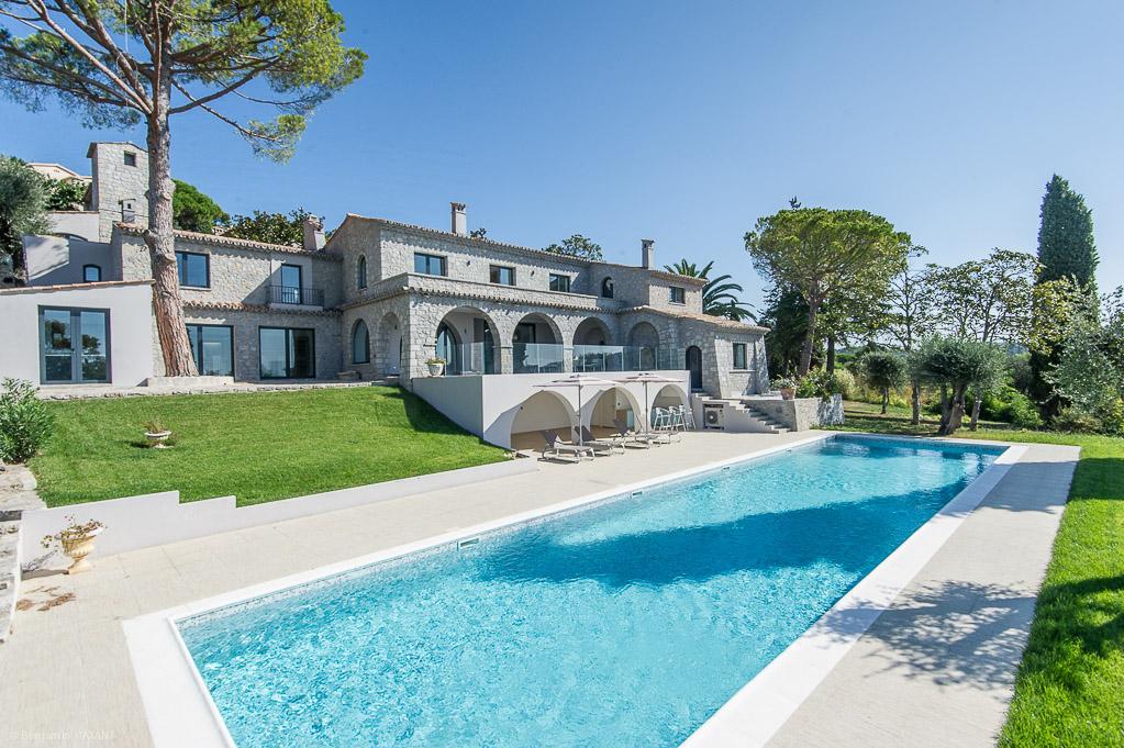 Shooting photos immobilier de villa / maison - piscine et vue sur la villa