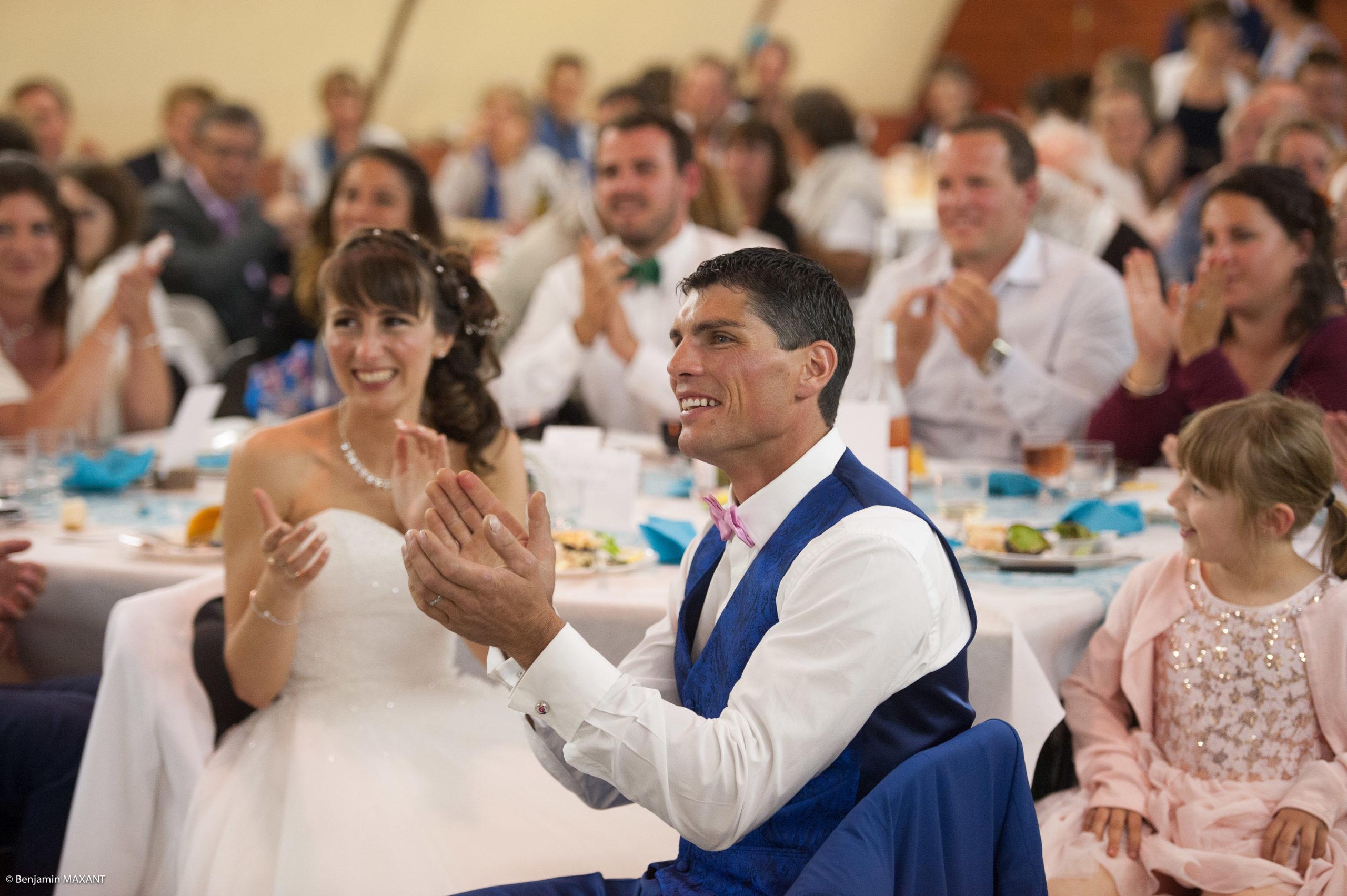 Les mariés applaudissant les discours