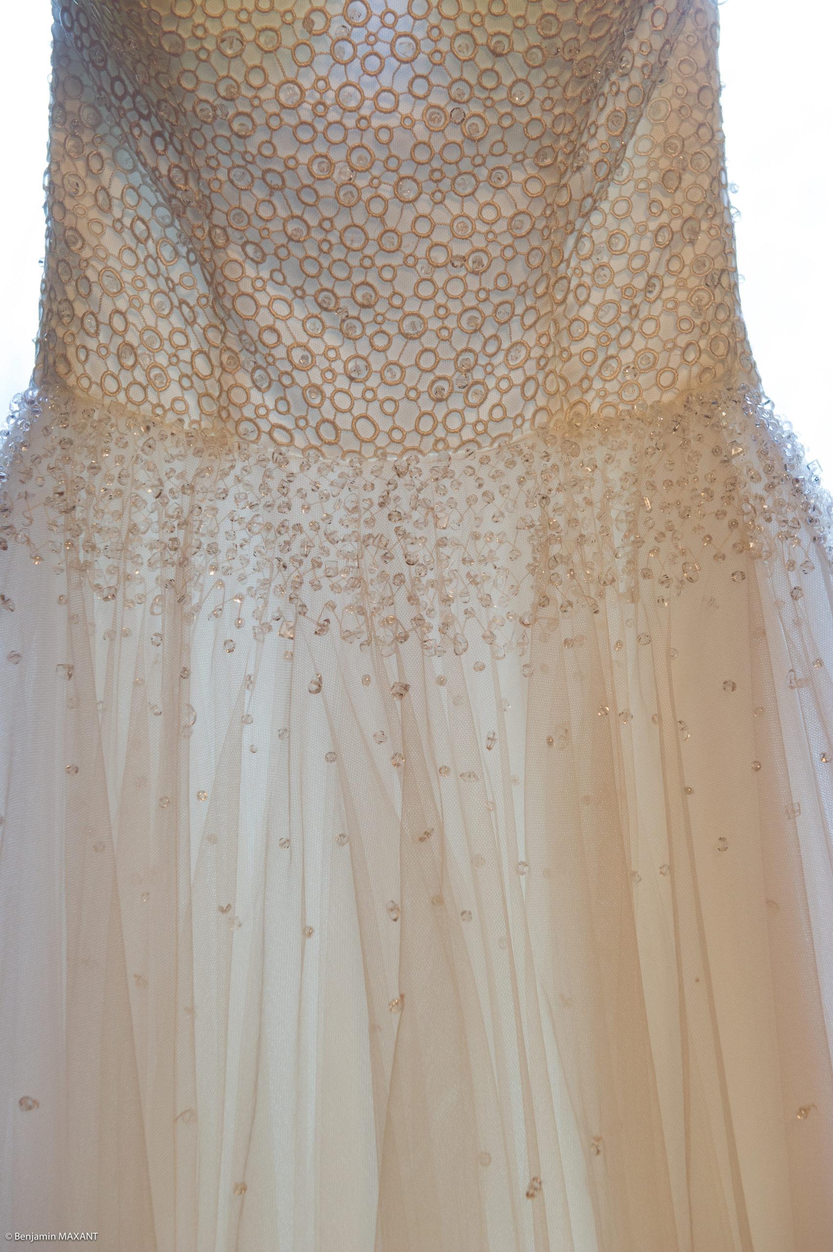 Préparation de Pauline la mariée - détail de sa robe