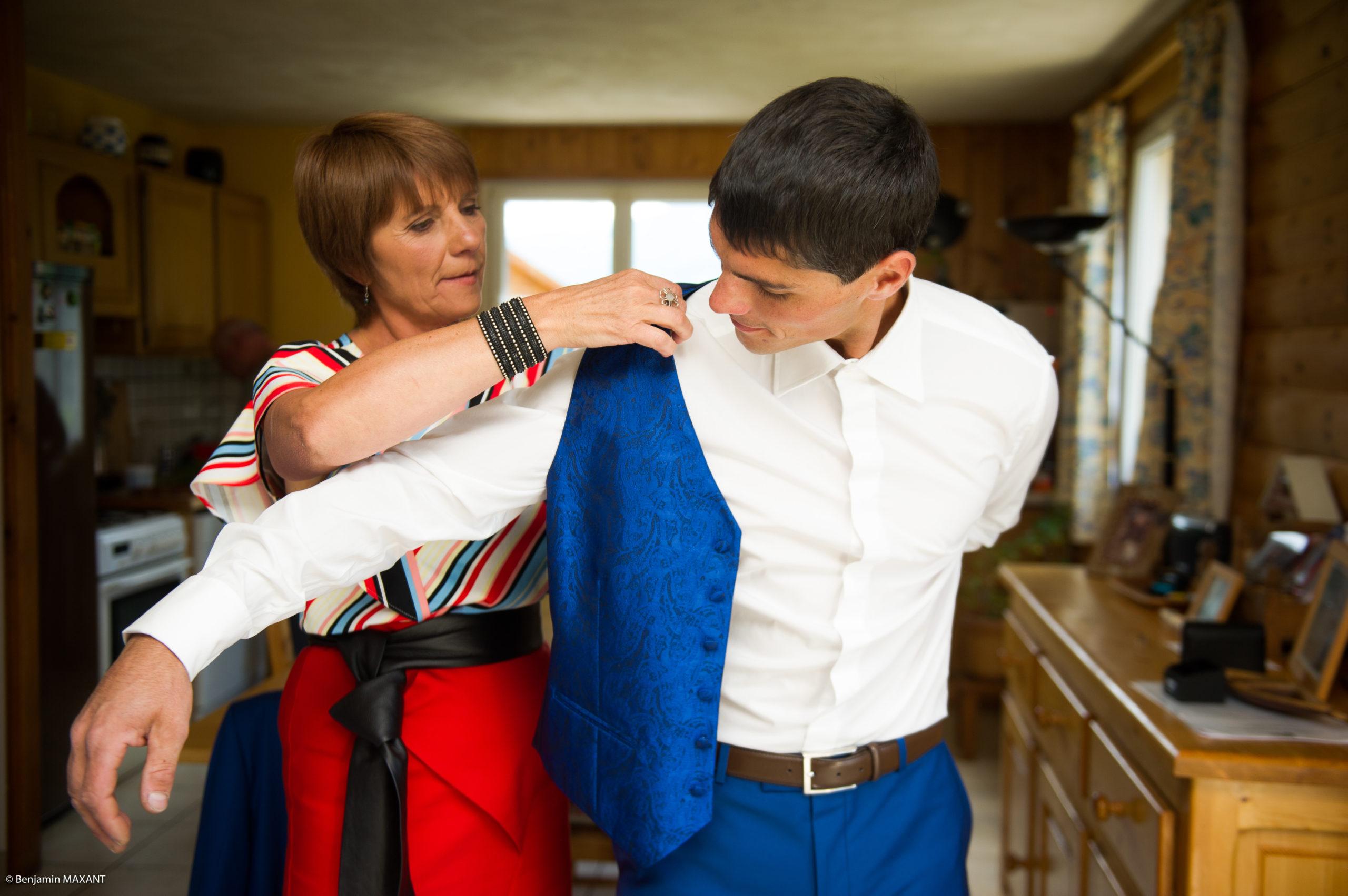 La péparation de Romain le marié - aidé par sa mère