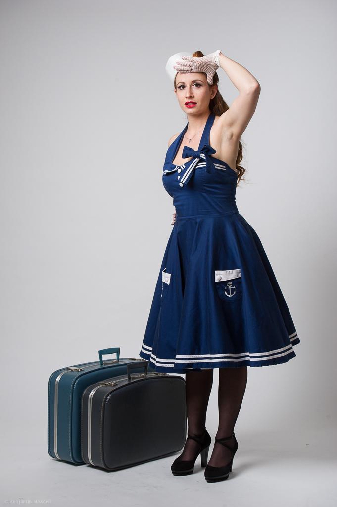 Séance photo Pinup en studio avec Laetitia - tenue marine avec valises