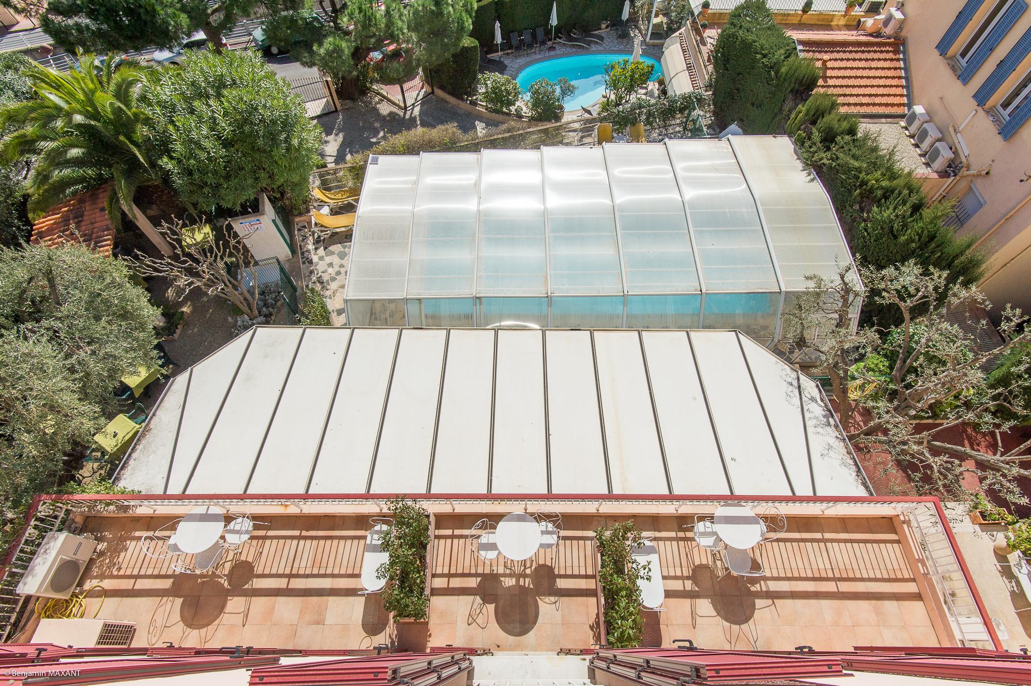 reportage photo immobilier de l'Hôtel lLes Orangers à Cannes - vue sur la piscine