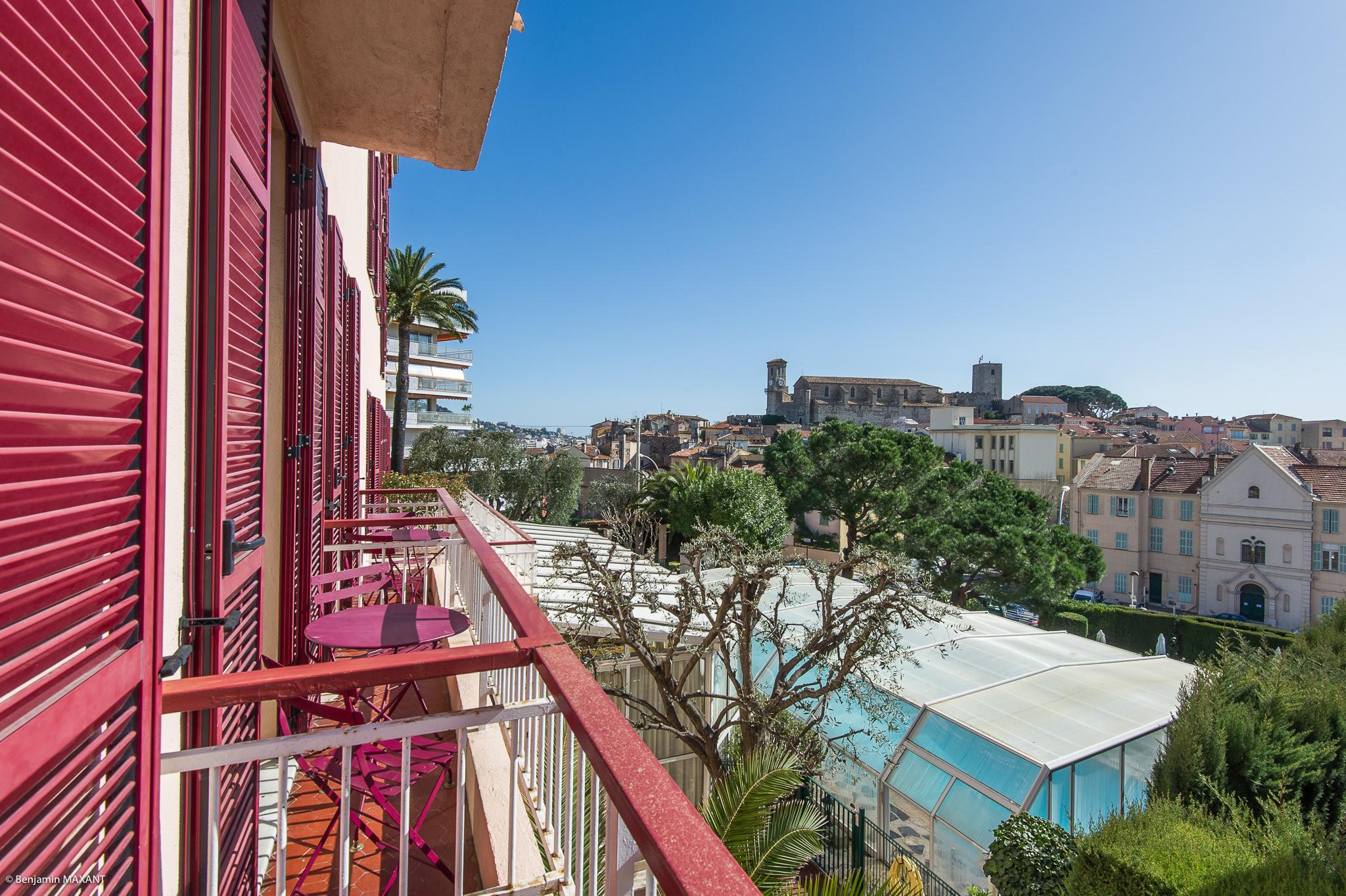reportage photo immobilier de l'Hôtel lLes Orangers à Cannes - vue extérieur depuis le balcon de l'autre chambre autre chambre double