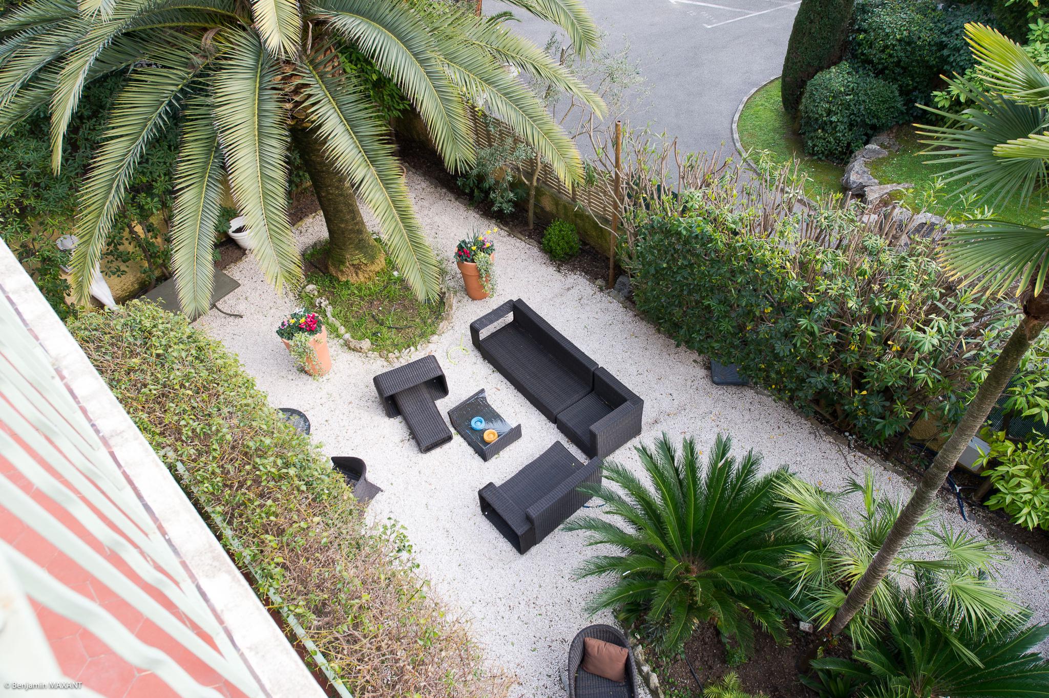 Reportage photo immobilier - Hôtel Idéal - vue sur la terrasse depuis la chambre comedia del arte
