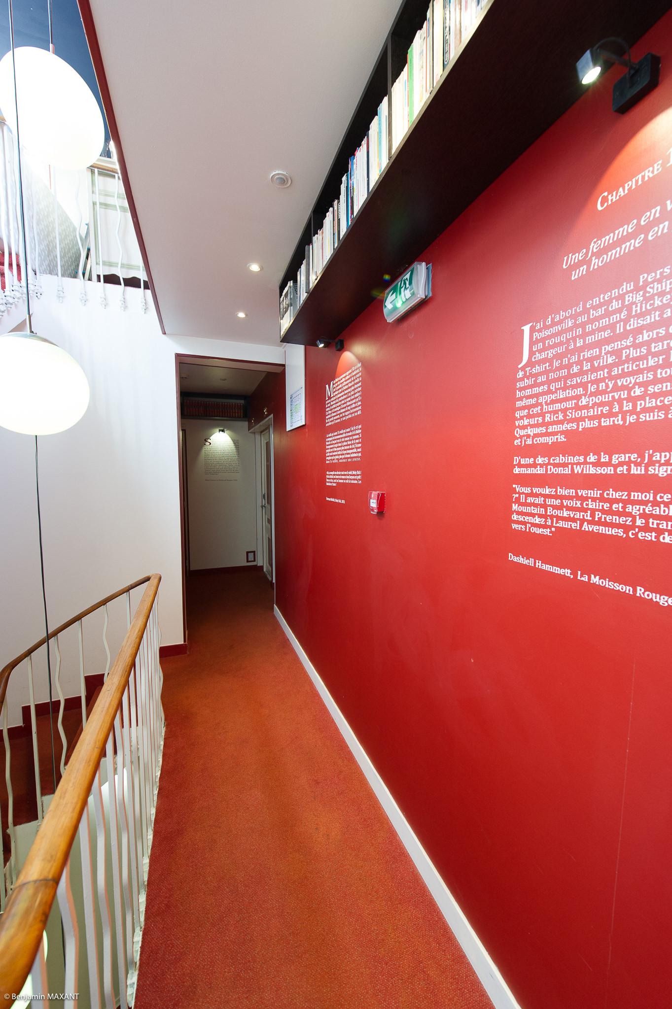 Reportage photo immobilier - Hôtel Idéal - couloir et passages de romans inscrits sur les murs