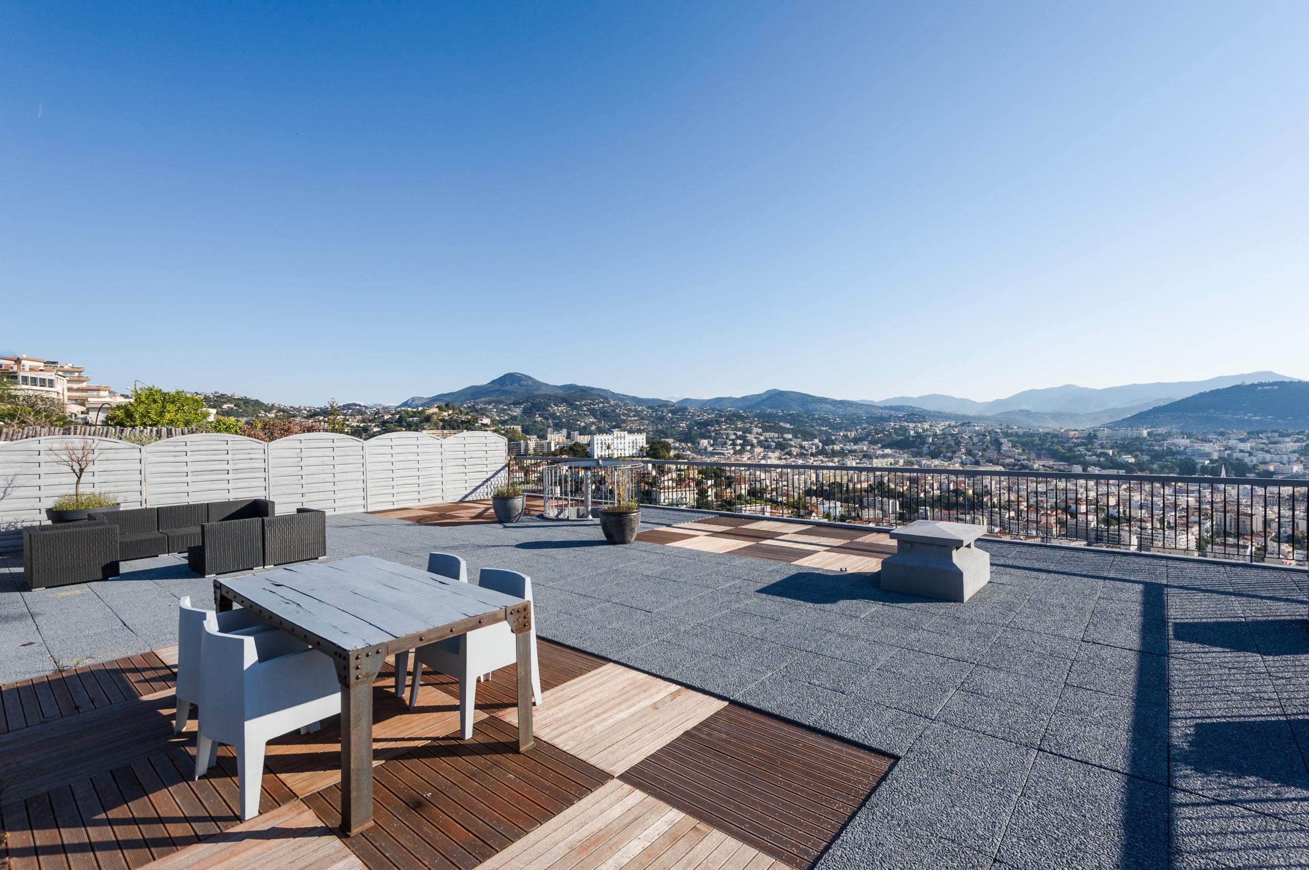 Shooting photo immobilier - Appartement duplex à vendre situé sur les collines niçoises - la terrasse vue sur Nice et la Baie des Anges
