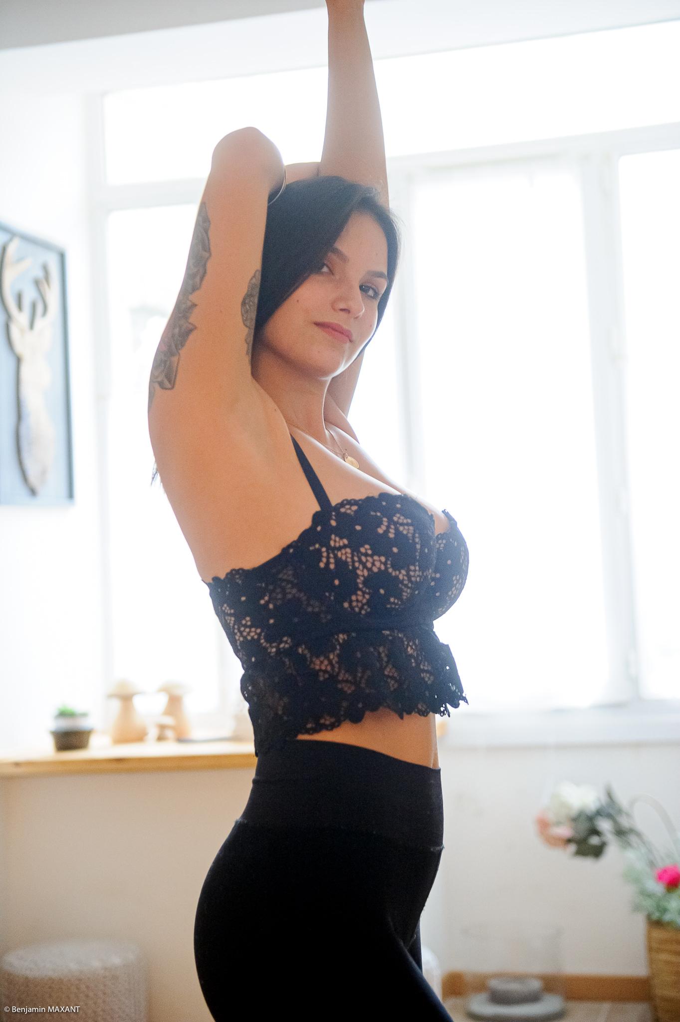 Séance photo boudoir au lingerie noire debout pose