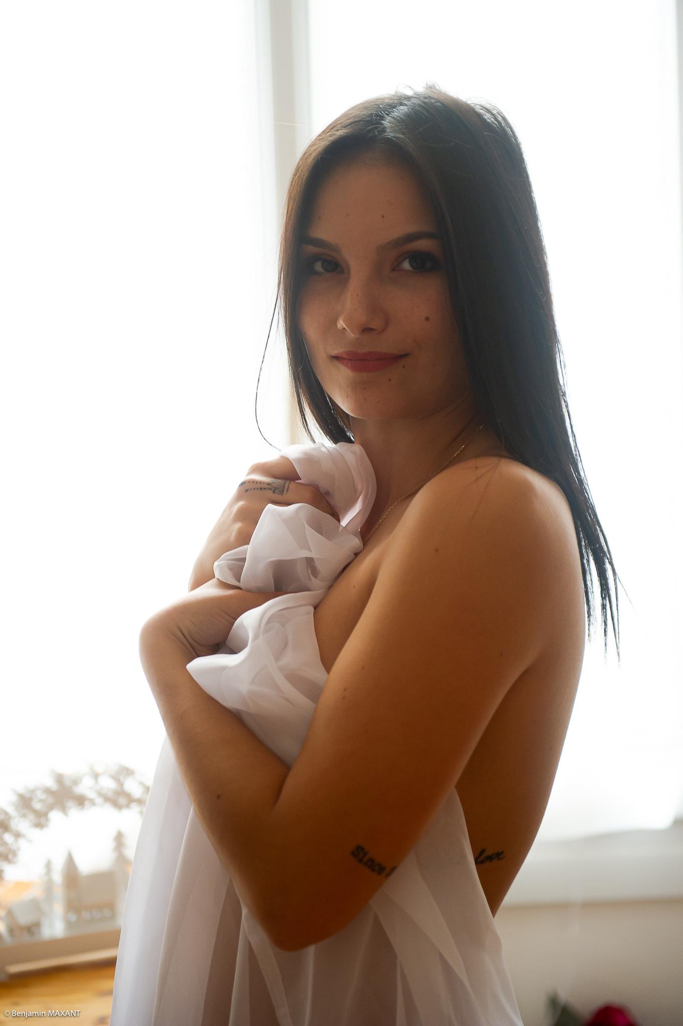 Séance photo boudoir nue debout avec le voile
