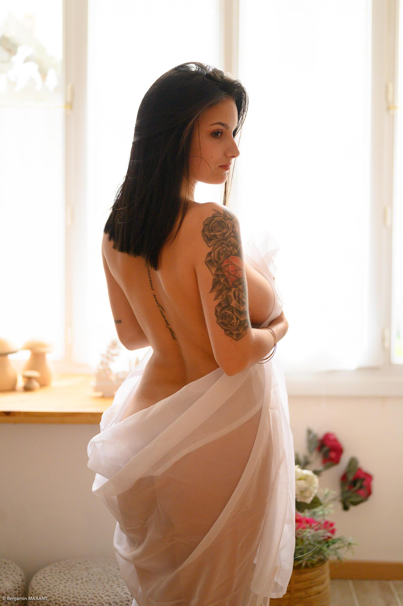 Séance photo boudoir Cléa nue de dos avec le voile blanc