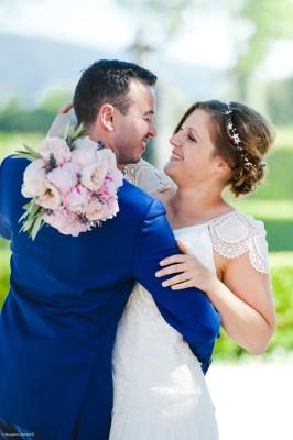 Les mariés heureux dansent