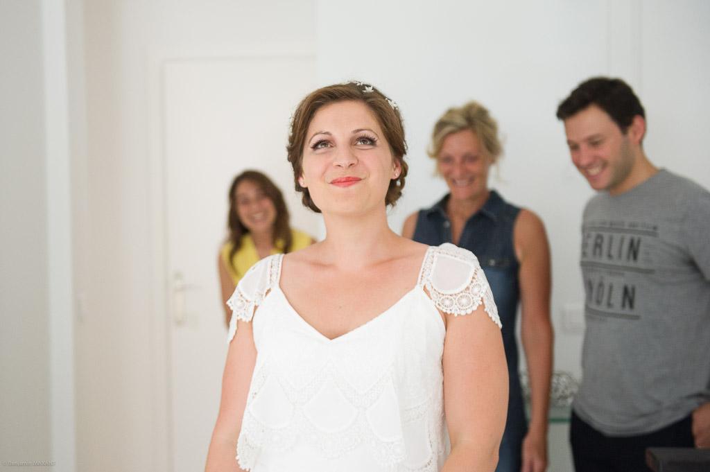Eva et sa famille qui admirent sa robe de mariée