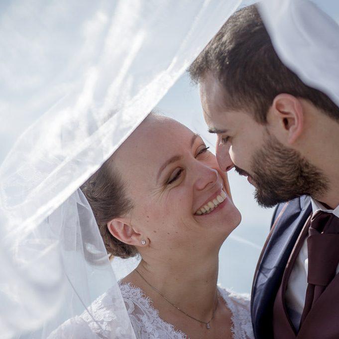 Les mariés heureux sous le voile